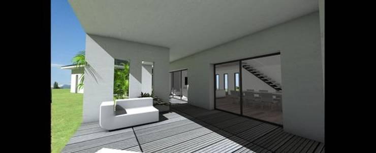 Maison contemporaine à grande terrasse couverte et tuiles noires par ...