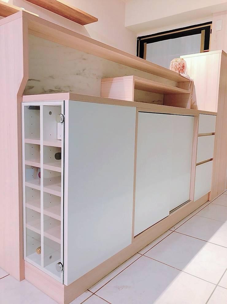 吧檯內小酒櫃&儲物收納櫃:  玄關、走廊與階梯 by 藏私系統傢俱