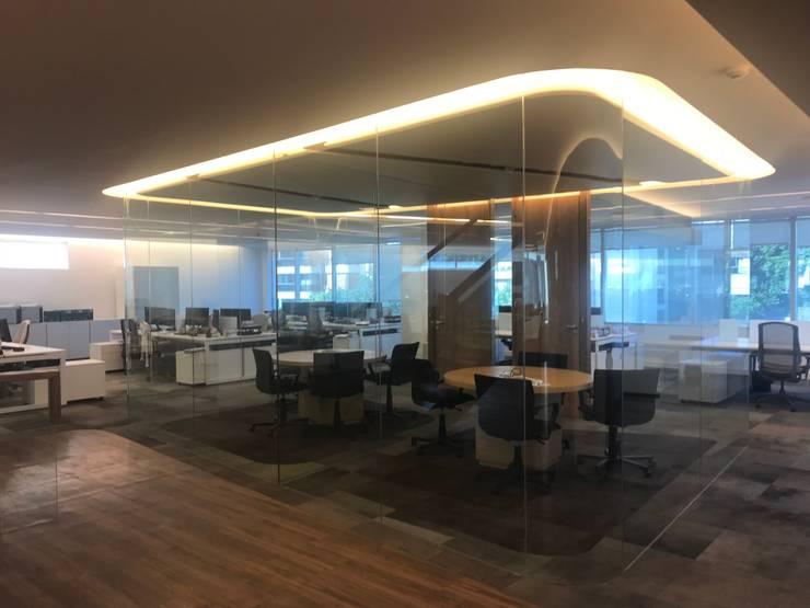 Remodelación de Oficinas:  de estilo  por CL Construcción,