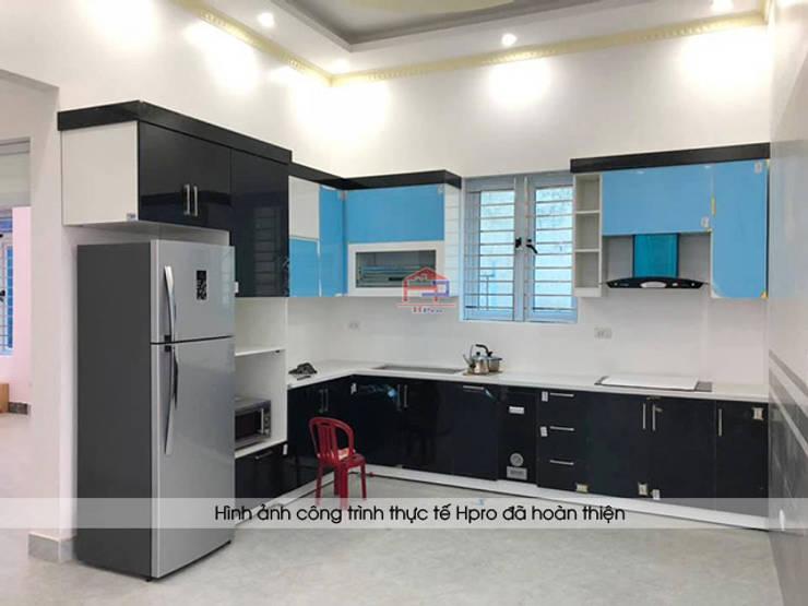 Ảnh thực tế tủ bếp acrylic đen trắng nhà chị Hiền ở Nam Định khi chưa gỡ hết lớp nilon bảo vệ bên ngoài:  Kitchen by Nội thất Hpro