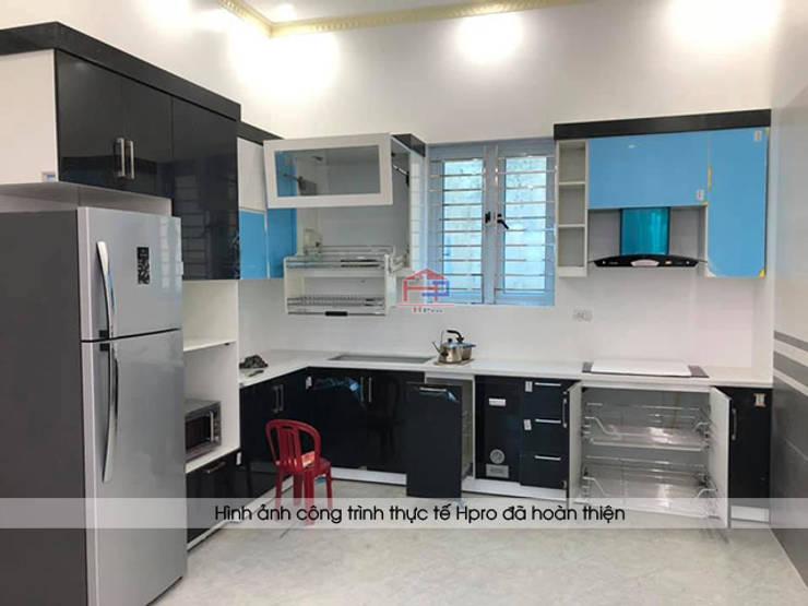 Ảnh thực tế tủ bếp acrylic nhà chị Hiền ở Nam Định sau khi được lắp đặt đầy đủ các phụ kiện:  Kitchen by Nội thất Hpro