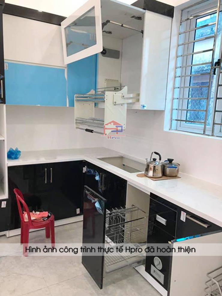 Ảnh thực tế giá dao thớt và giá úp bát nâng hạ trong tủ bếp acrylic nhà chị Hiền ở Nam Định:  Kitchen by Nội thất Hpro