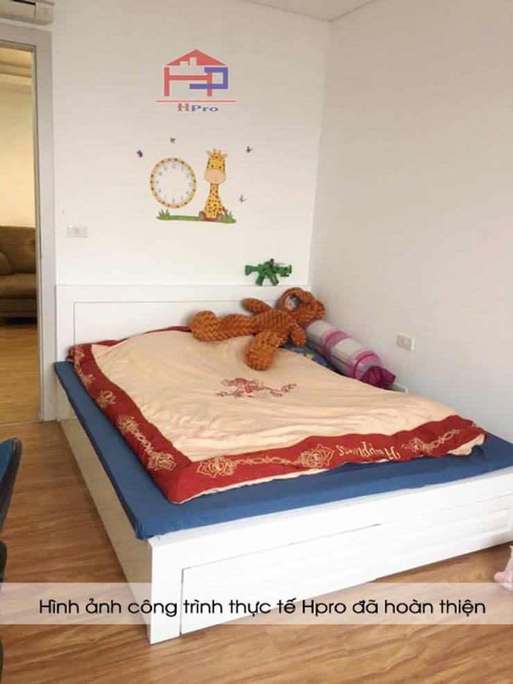 Ảnh thực tế giường ngủ của bé gỗ MDF sơn trắng nhà chị Quỳnh ở Ngoại Giao Đoàn:  Bedroom by Nội thất Hpro