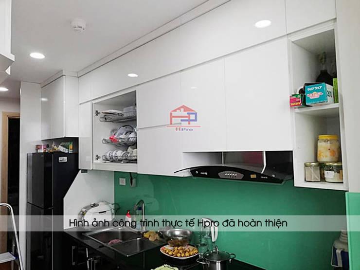Ảnh thực tế tủ bếp acrylic nhà anh Thư ở HD Mon:  Kitchen by Nội thất Hpro
