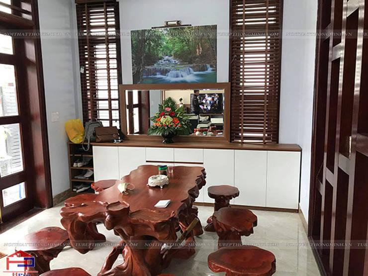Ảnh thực tế tủ đựng giày gỗ melamine nhà anh Năng ở Nam Định:  Living room by Nội thất Hpro