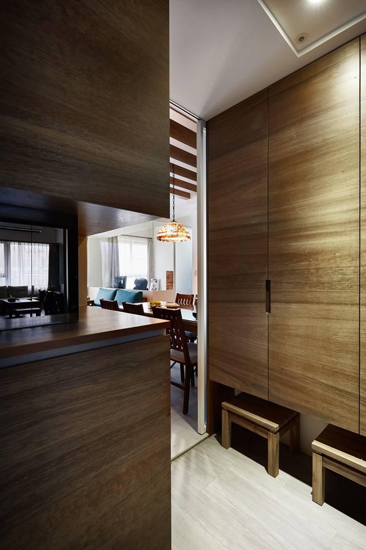 在入口玄關處打造大型收納櫃:  走廊 & 玄關 by 弘悅國際室內裝修有限公司