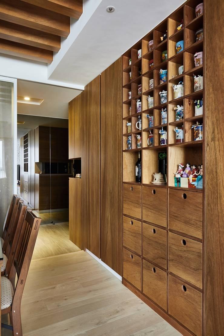 餐廳有大片收納櫃並另外設有馬克杯展示牆:  餐廳 by 弘悅國際室內裝修有限公司