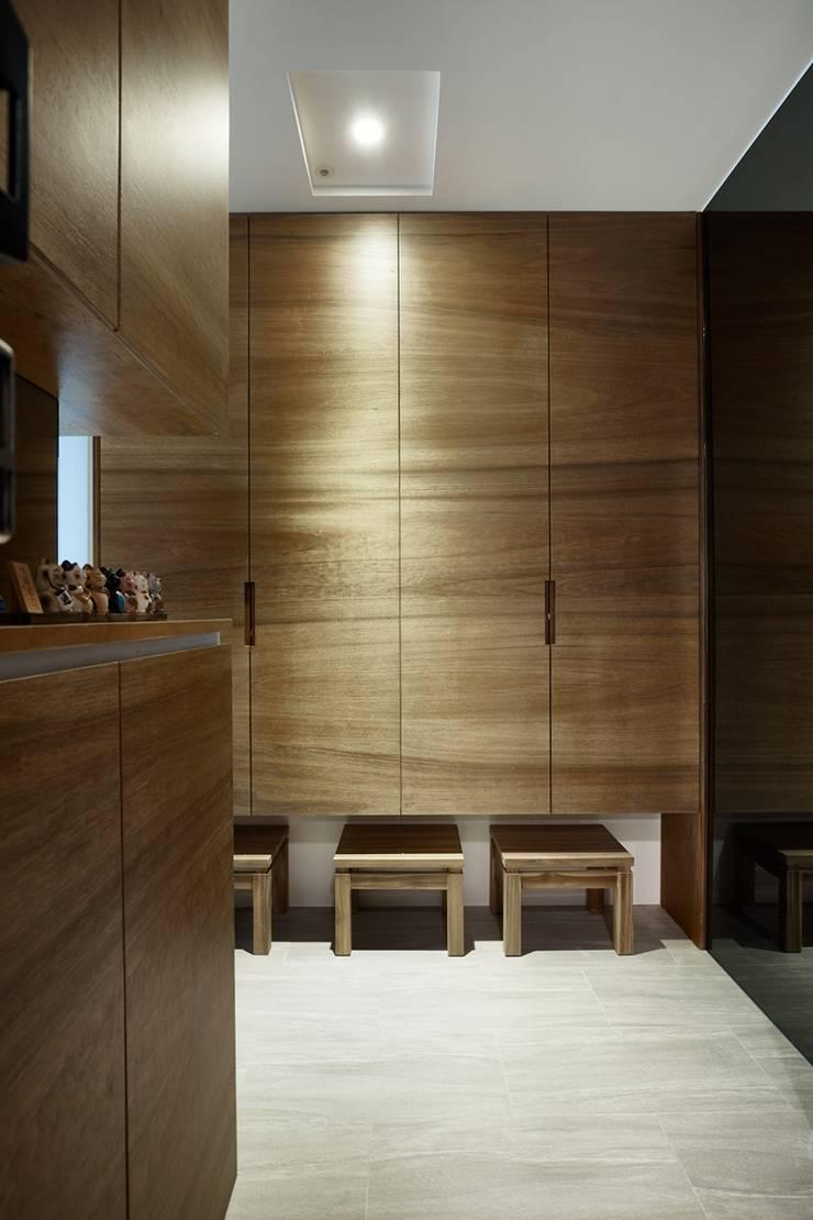 天然木紋板展現栩栩如生的木紋層次:  走廊 & 玄關 by 弘悅國際室內裝修有限公司