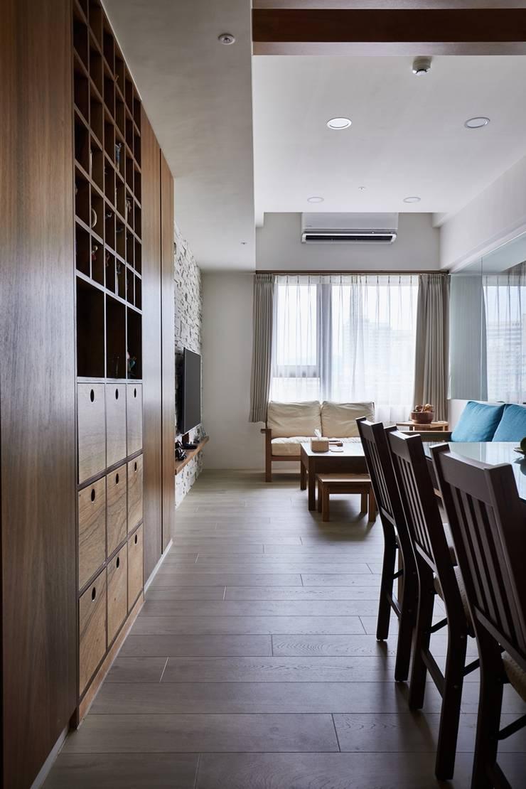 穿過餐廳進入客廳:  客廳 by 弘悅國際室內裝修有限公司