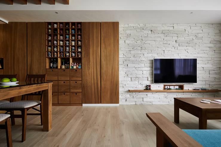 地板使用進口超耐磨材質木紋地板:  客廳 by 弘悅國際室內裝修有限公司