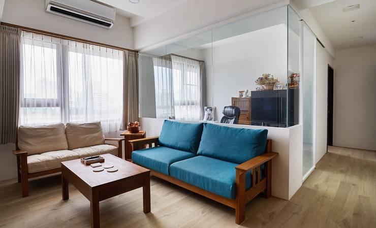 大片玻璃當作隔間牆能讓在書房工作的人看到客廳外的動靜並參與互動:  書房/辦公室 by 弘悅國際室內裝修有限公司