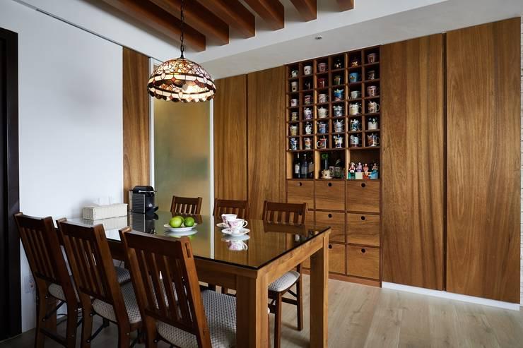 餐桌上的彩繪燈罩讓用餐空間多了點氣氛:  餐廳 by 弘悅國際室內裝修有限公司