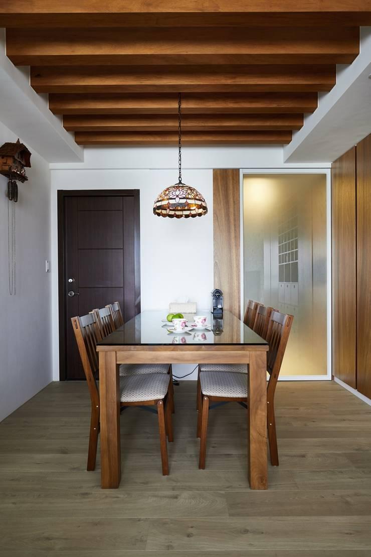 餐廳的天花板使用線條簡潔雅緻的格柵設計,讓整體視覺空間延伸:  餐廳 by 弘悅國際室內裝修有限公司