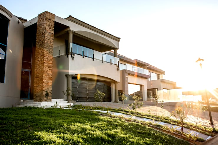 Modern family house:  Houses by TOP CENTRE PROPERTIES GROUP (PTY) LTD, Modern