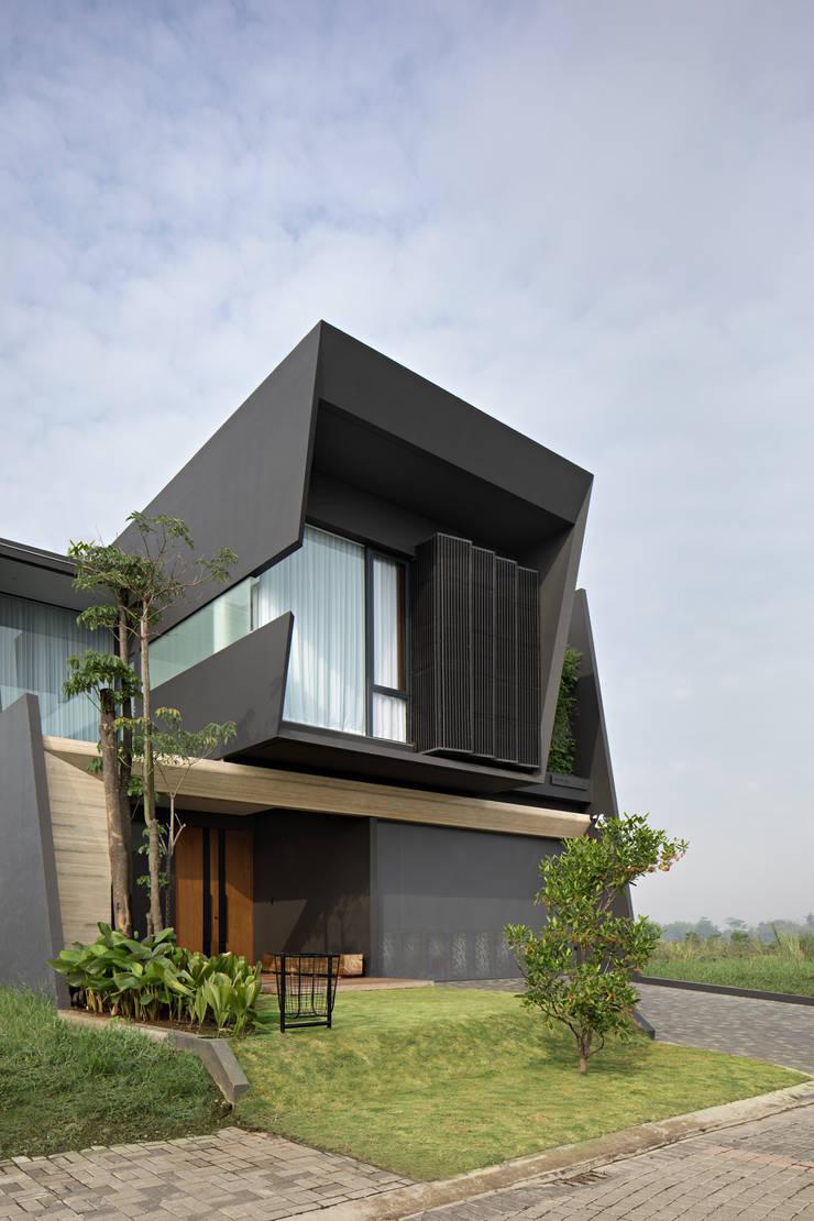 Tampak Depan :  Rumah tinggal  by Rakta Studio