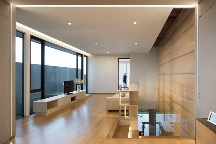 Ruang Keluarga 3 :  Ruang Keluarga by Rakta Studio