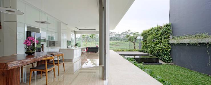 Taman dan Ruang Makan/ dapur :  Ruang Makan by Rakta Studio