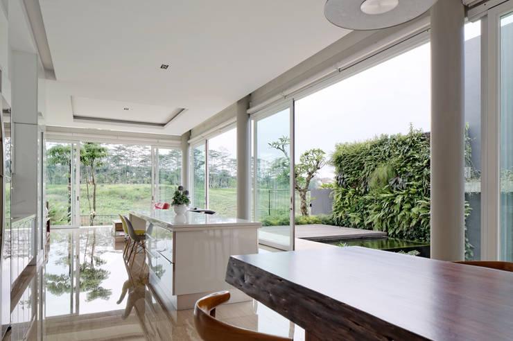 Ruang Makan :  Dapur built in by Rakta Studio