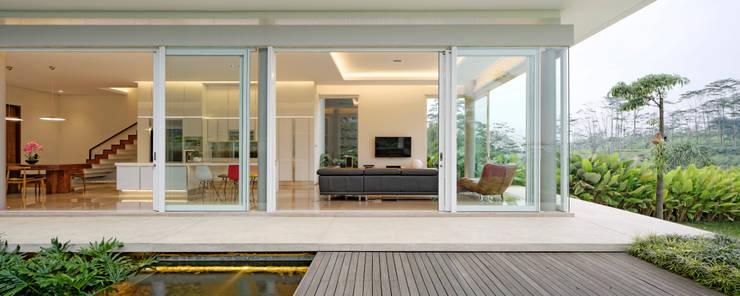 Ruang Keluarga , Ruang Dapur dan Kolam Teras :  Ruang Keluarga by Rakta Studio