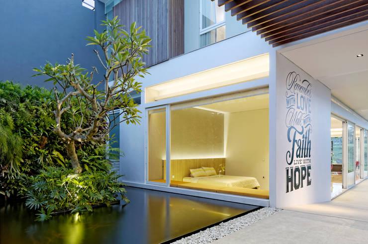 Vertical Garden , Kolam dan Kamar Tidur :  Kolam taman by Rakta Studio
