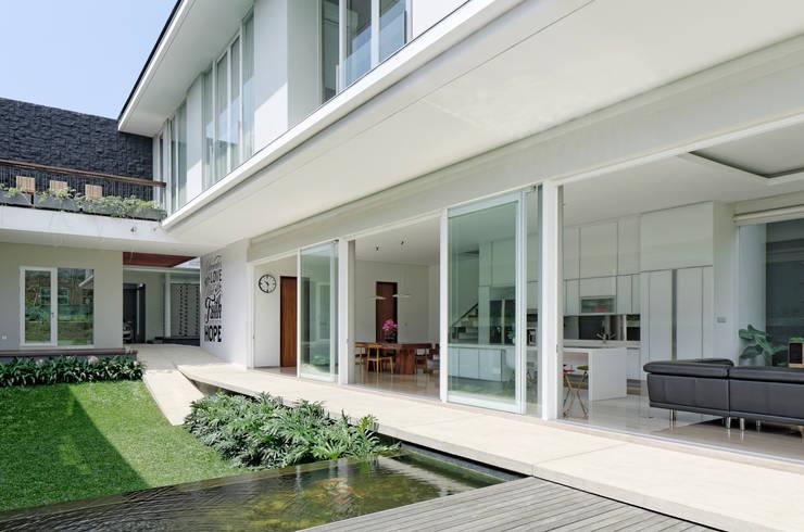 AM House :  Rumah tinggal  by Rakta Studio