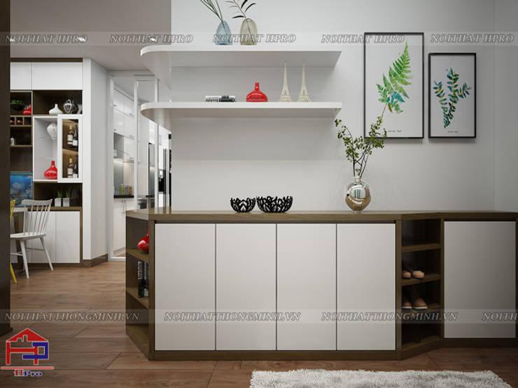 Ảnh 3D thiết kế tủ giày gỗ melamine nhà anh Đức ở Ecolife Capitol Tố Hữu:  Living room by Nội thất Hpro