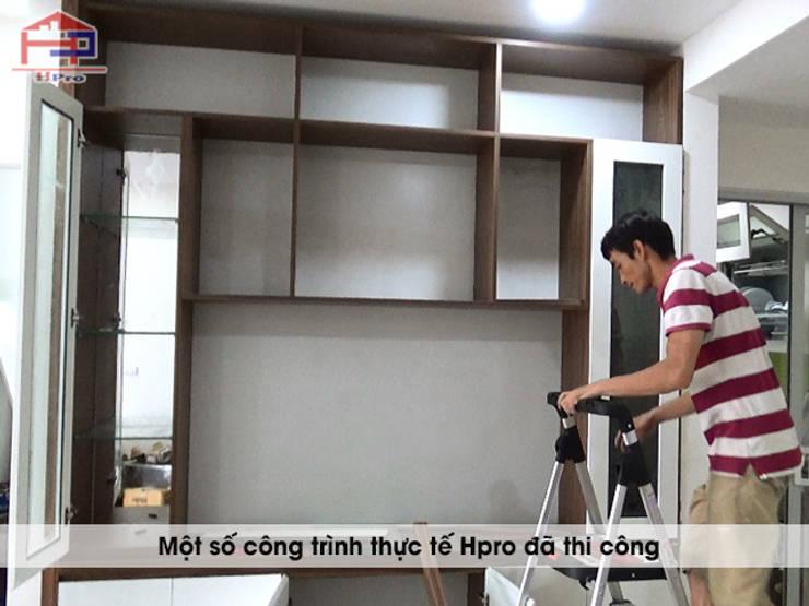 Thi công tủ rượu gỗ công nghiệp An Cường nhà anh Đức:  Dining room by Nội thất Hpro
