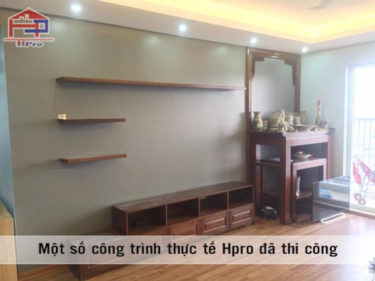 Ảnh thực tế nội thất phòng khách gỗ xoan đào nhà anh Trọng ở Linh Đàm:  Living room by Nội thất Hpro