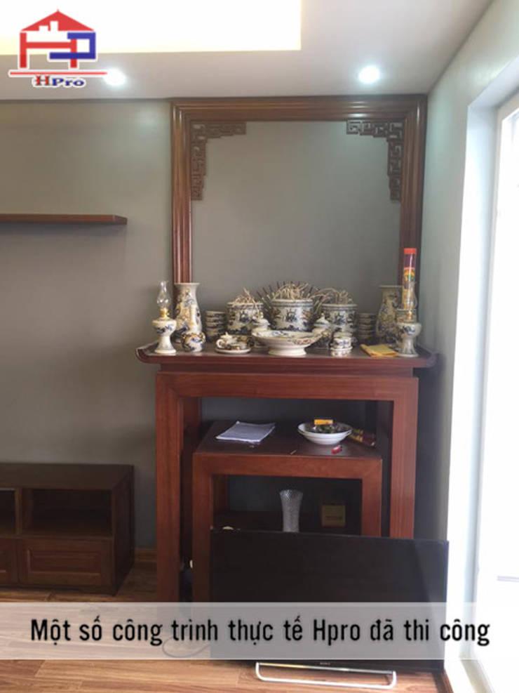 Ảnh thực tế bàn thờ gỗ xoan đào nhà anh Trọng ở Linh Đàm:  Living room by Nội thất Hpro