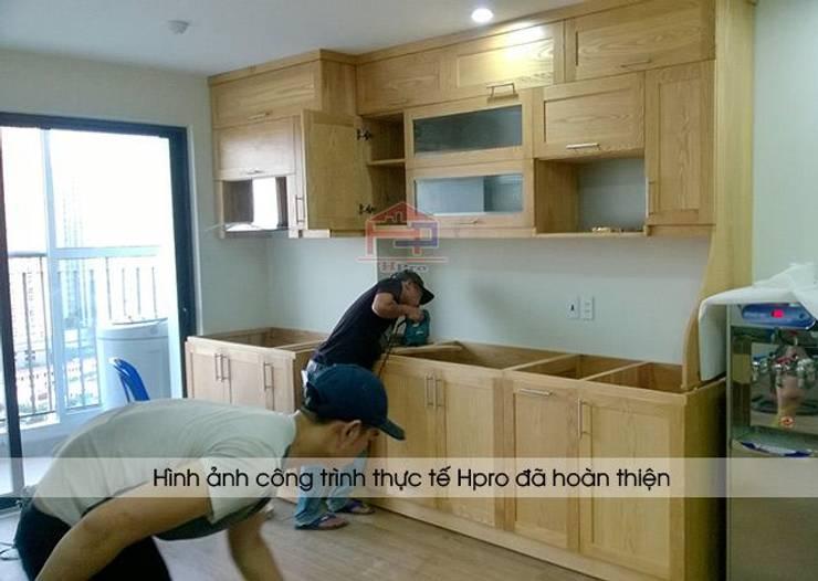 Ảnh thi công tủ bếp gỗ sồi nga nhà cô Huyền ở Trung Kính:  Kitchen by Nội thất Hpro