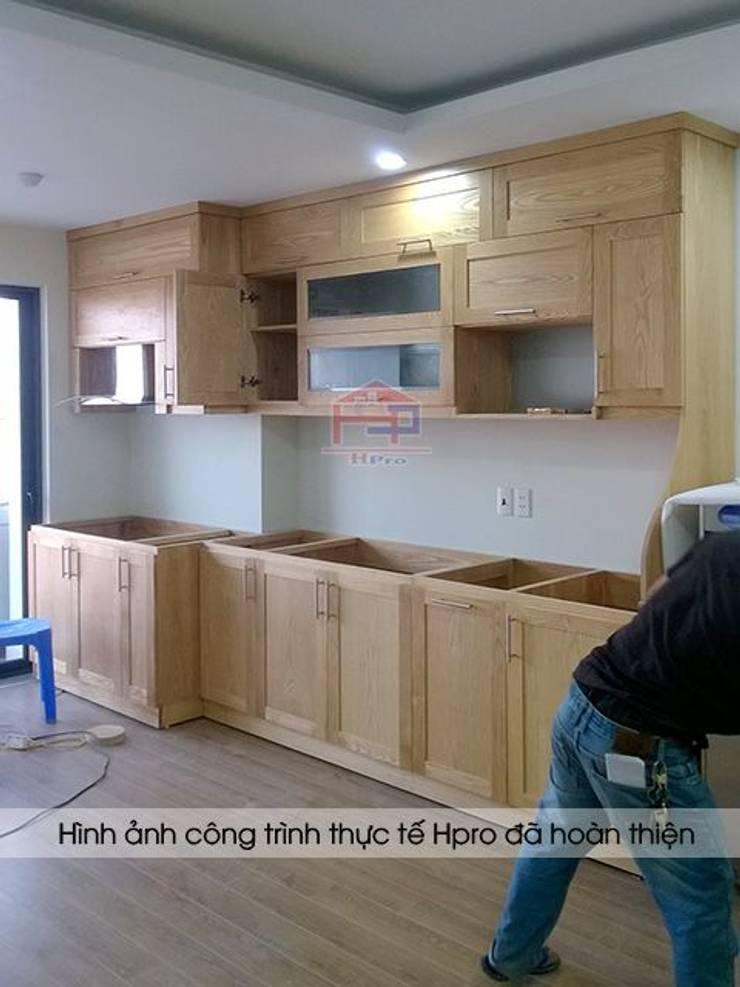Ảnh thi công tủ bếp gỗ sồi nga màu vàng sáng nhà cô Huyền ở Trung Kính:  Kitchen by Nội thất Hpro