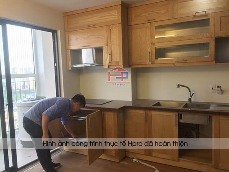 Ảnh thực tế tủ bếp gỗ sồi nga nhà cô Huyền sau khi lắp đặt đầy đủ full các phụ kiện:  Kitchen by Nội thất Hpro