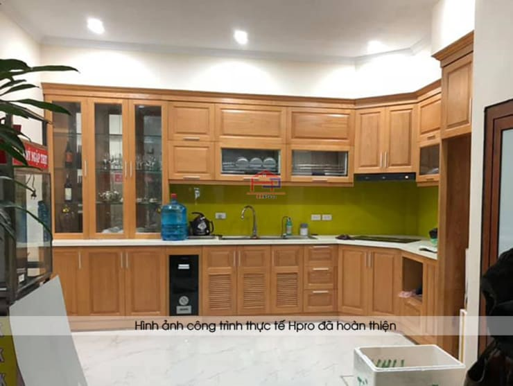 Hoàn thiện mẫu tủ bếp gỗ sồi mỹ nhà anh Lệ ở Minh Khai:  Kitchen by Nội thất Hpro