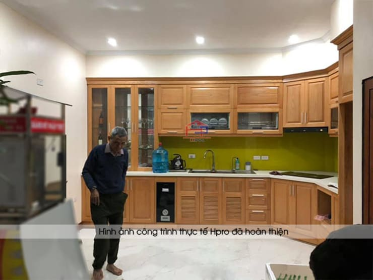 Ảnh thực tế tủ bếp gỗ sồi mỹ kèm tủ rượu nhà anh Lệ ở Minh Khai:  Kitchen by Nội thất Hpro