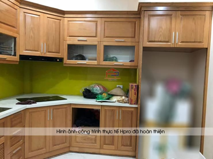 Ảnh thực tế tủ bếp gỗ sồi mỹ màu vàng nâu nhà anh Lệ ở Minh Khai:  Kitchen by Nội thất Hpro