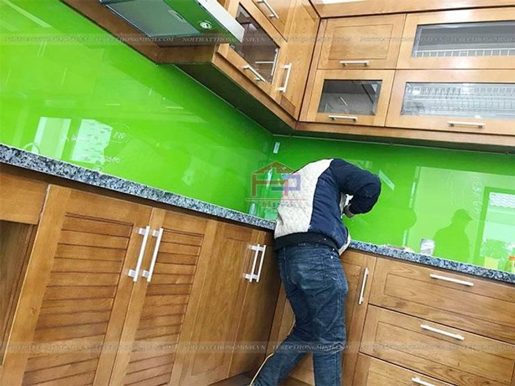 Ảnh thi công tủ bếp gỗ sồi mỹ nhà anh Việt ở Thái Nguyên:  Kitchen by Nội thất Hpro