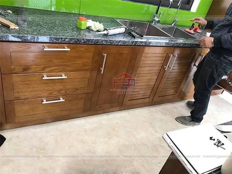 Ảnh thực tế hệ tủ bếp gỗ sồi mỹ dưới nhà anh Việt ở Thái Nguyên:  Kitchen by Nội thất Hpro
