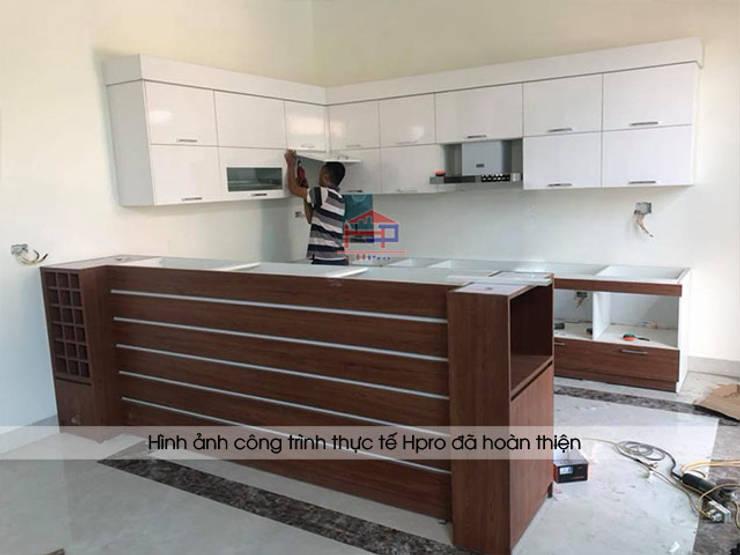 Thi công tủ bếp laminate màu vân gỗ kết hợp màu trắng bóng nhà anh Mạnh ở Bắc Giang:  Kitchen by Nội thất Hpro