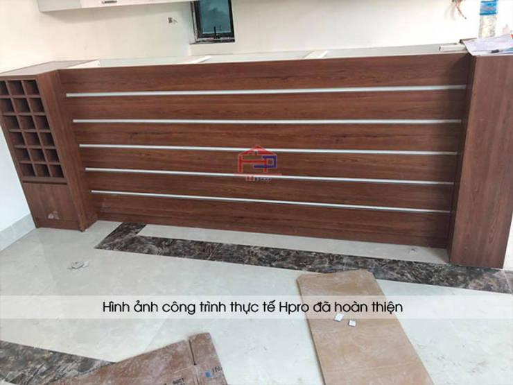 Ảnh thực tế bàn đảo laminate nhà anh Mạnh ở Bắc Giang:  Kitchen by Nội thất Hpro