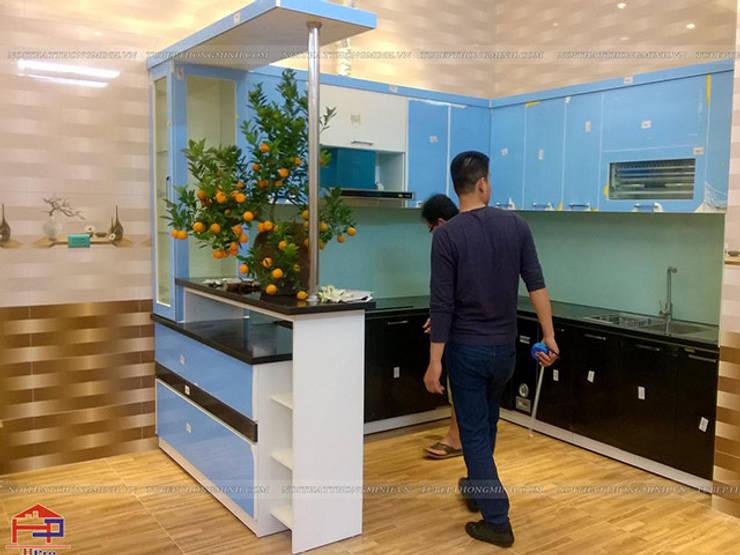 Ảnh thực tế tủ bếp acrylic kèm quầy bar nhà anh Tân khi chưa tháo lớp nilon bảo vệ:  Kitchen by Nội thất Hpro