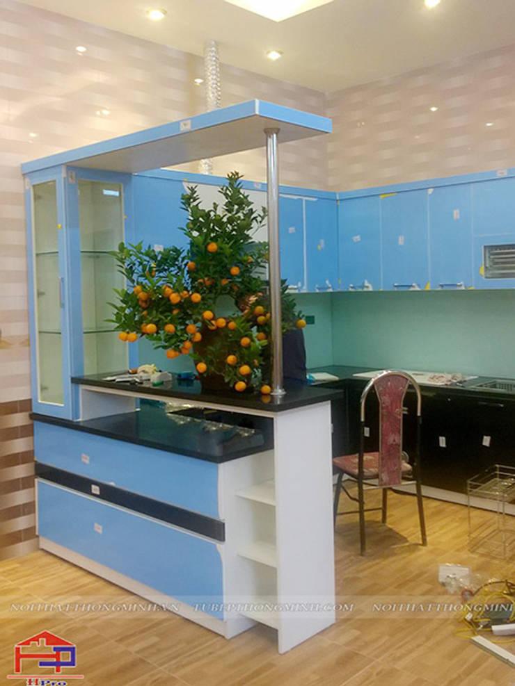 Ảnh thực tế tủ bếp acrylic kèm quầy bar nhà anh Tân ở Thạch Bàn:  Kitchen by Nội thất Hpro