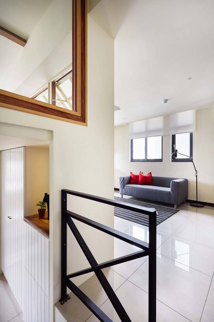 走廊有個大型置物櫃:  走廊 & 玄關 by 弘悅國際室內裝修有限公司