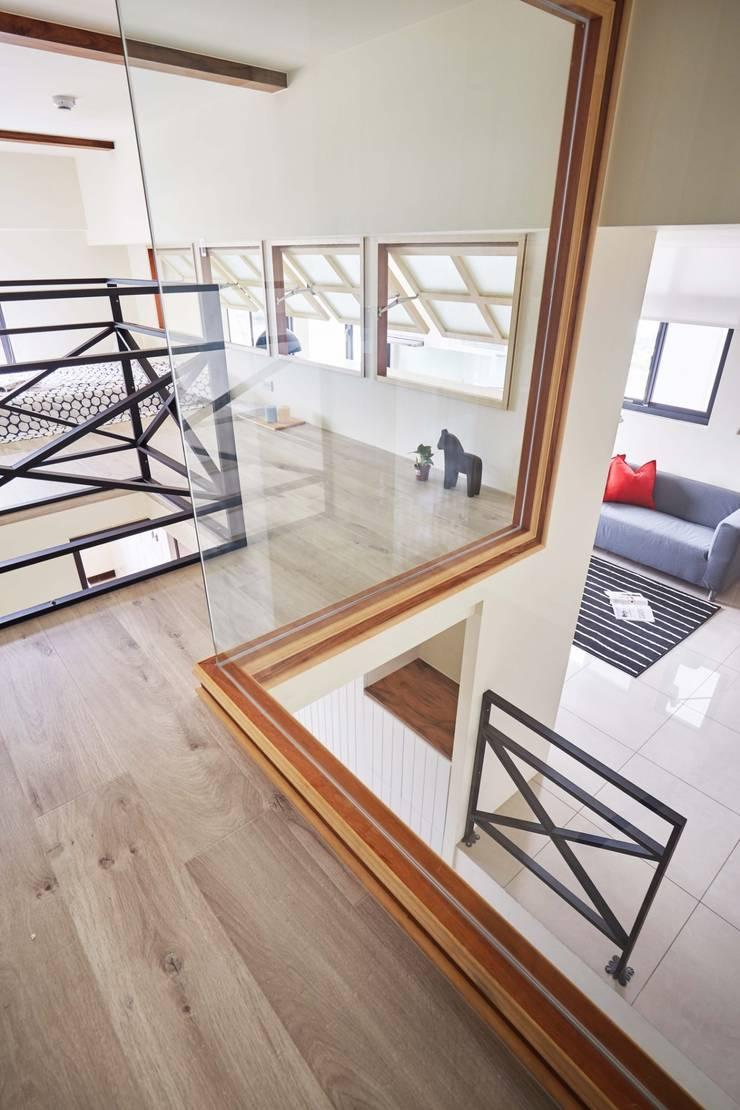 樓上的臥室往下看:  小臥室 by 弘悅國際室內裝修有限公司