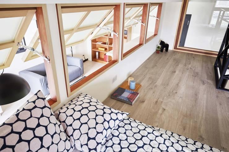 臥室做了外推窗,既有通風效果又能一眼望向客廳:  小臥室 by 弘悅國際室內裝修有限公司