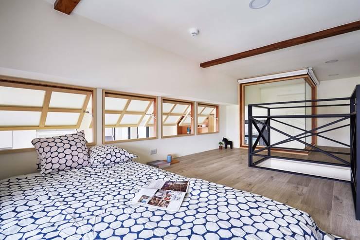 木頭窗框與黑色鐵件樓梯扶手搭配起來不衝突:  木頭窗 by 弘悅國際室內裝修有限公司