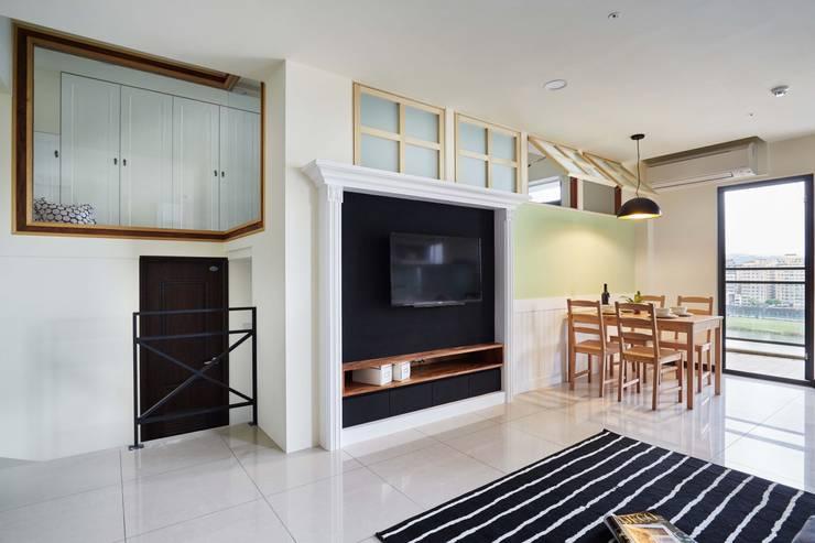 圖片左上方看的到二樓的收納櫃:  客廳 by 弘悅國際室內裝修有限公司