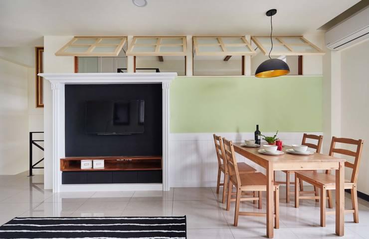 電視牆用壁爐造型帶出鄉村風的感覺:  客廳 by 弘悅國際室內裝修有限公司