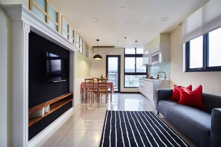 從客廳望向餐廳與陽台:  客廳 by 弘悅國際室內裝修有限公司