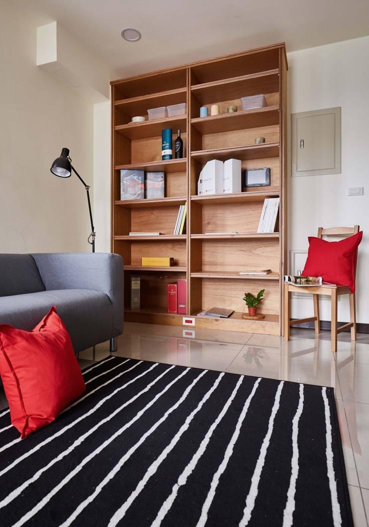 客廳牆面簡單放置書櫃:  客廳 by 弘悅國際室內裝修有限公司