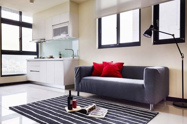 簡單的廚房讓居住在小坪數的空間內也能自行烹煮:  置入式廚房 by 弘悅國際室內裝修有限公司